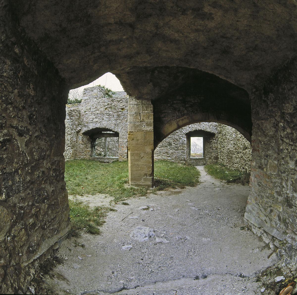 Durchgang zum Innenhof in der oberen Festung der Festungsruine Hohentwiel; Foto: Staatliche Schlösser und Gärten Baden-Württemberg, Arnim Weischer