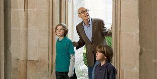 Väter mit Söhnen bei Besichtigung